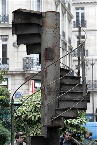 un tron on d 39 escalier de la tour eiffel vendu aux ench res. Black Bedroom Furniture Sets. Home Design Ideas